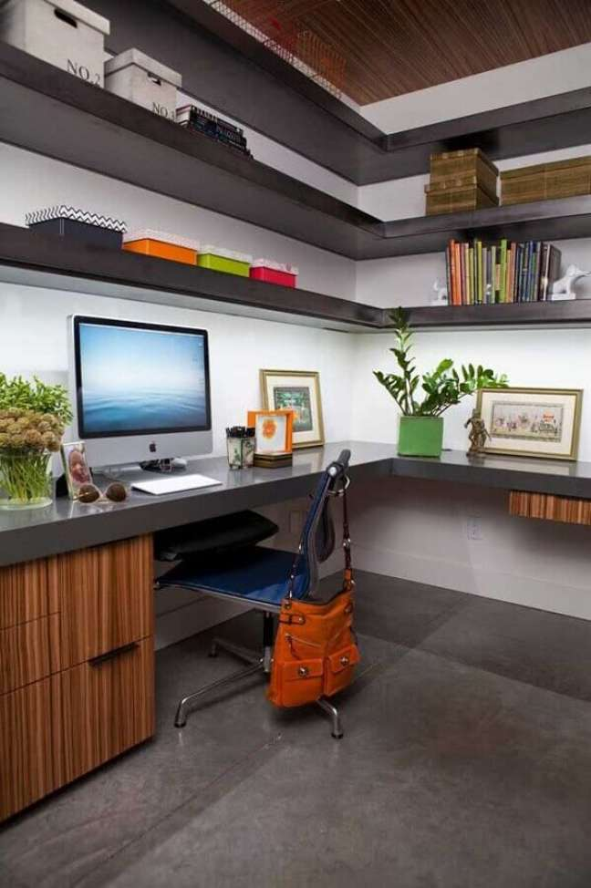 3. Decoração com escrivaninha para home office grande planejado com prateleiras de canto – Foto: Casa de Valentina