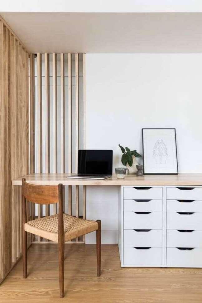 4. Decoração de home office com escrivaninha planejada com bancada de madeira e gaveteiro branco – Foto: Houzz