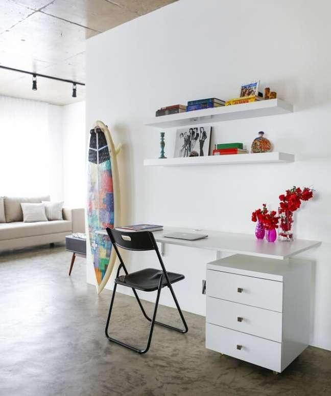 1. Escrivaninha suspensa e gaveteiro branco decoram o ambiente. Projeto de Buji Decoração Reuso