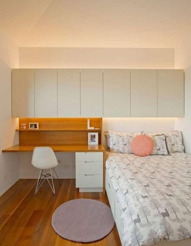 15. Escrivaninha de madeira e gaveteiro branco complementam a decoração do quarto simples. Fonte: Houzz