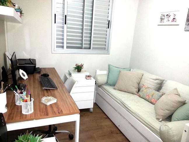 5. O gaveteiro branco com rodinhas também pode assumir a função de criado mudo no quarto. Projeto de Mariana Campos