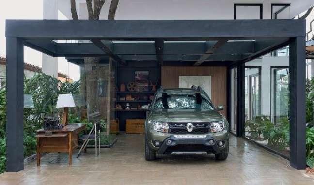 10. Casa com cerâmica para garagem e pergolado de ferro – Foto Decora Sandra