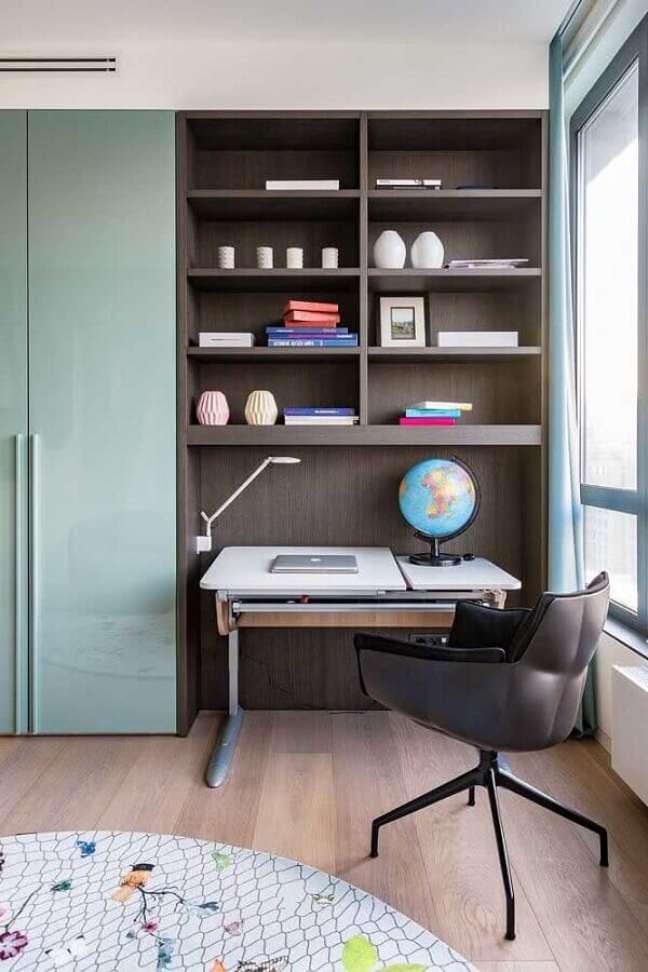 37. Decoração moderna com escrivaninha home office para quarto planejado – Foto: Behance