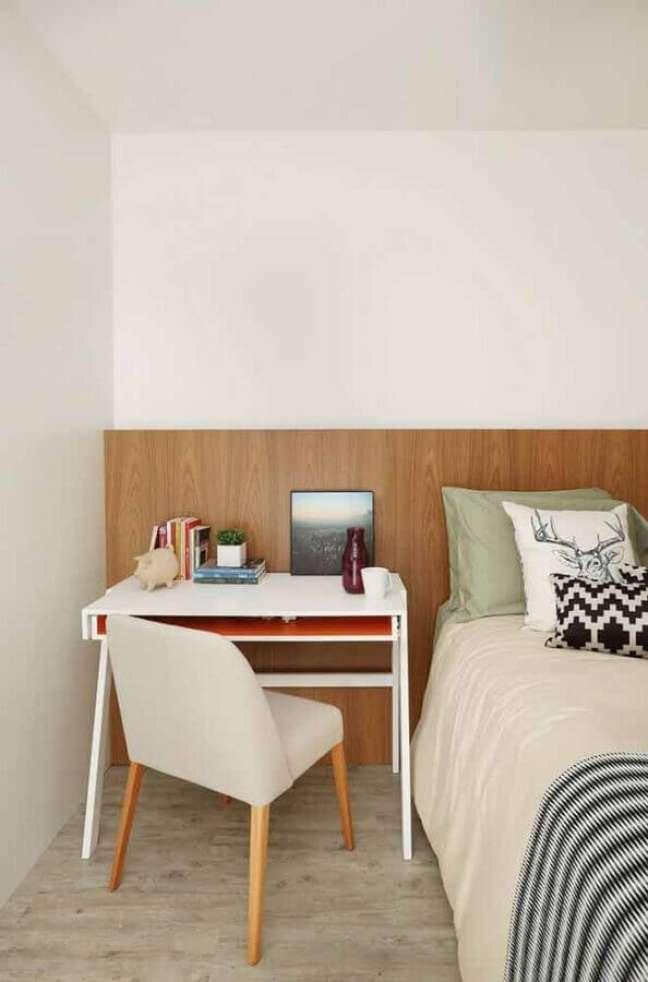 50. Escrivaninha home office para decoração de quarto branco com cabeceira de madeira – Foto: Jeito de Casa