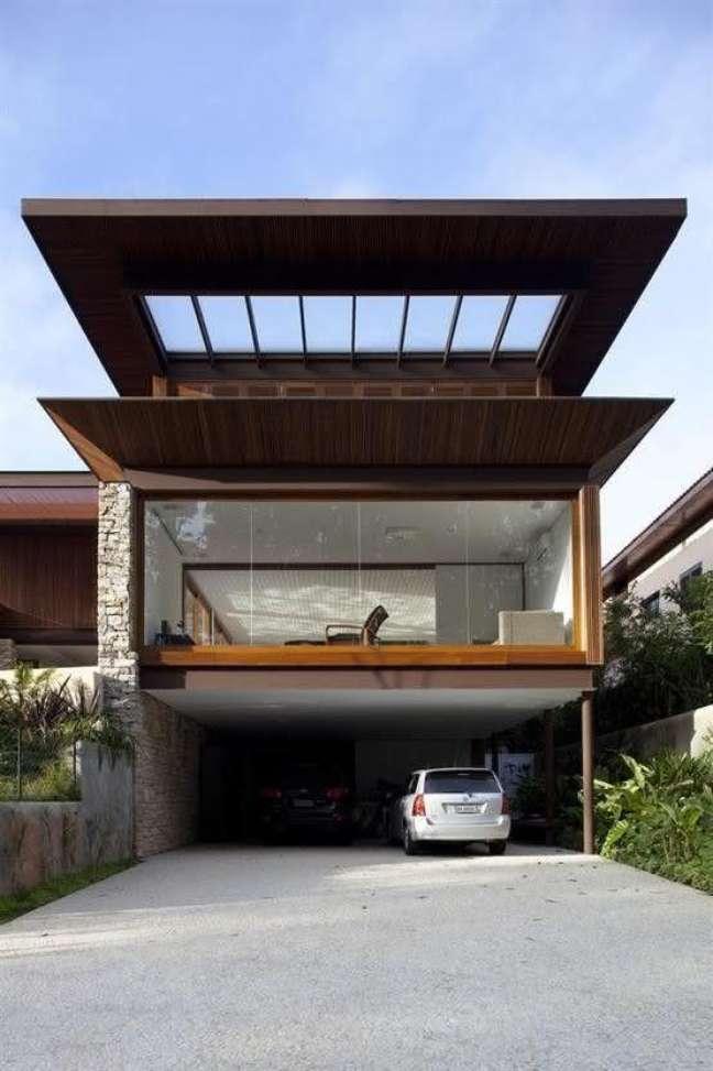 33. Cerâmica para garagem com cobertura da casa com janela de vidro – Foto Pinterest