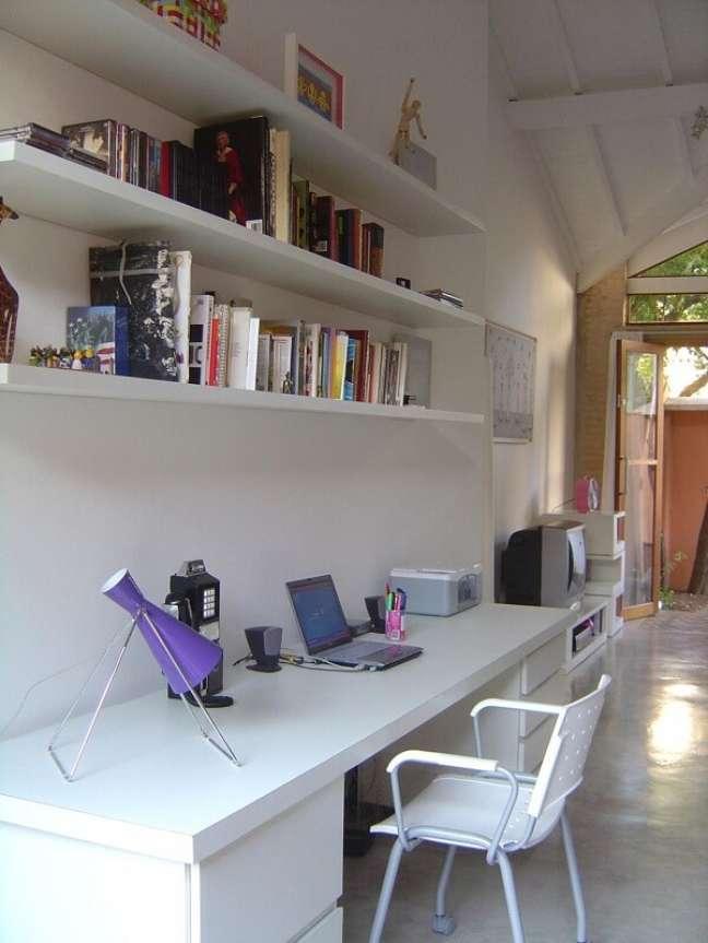 12. Escrivaninha branca com gaveteiro em cada lateral. Projeto de Carlos Verna