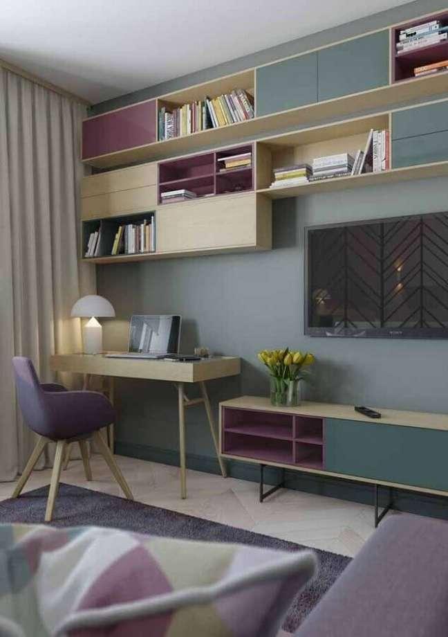 20. Decoração com escrivaninha para home office na sala de TV – Foto: Pinterest