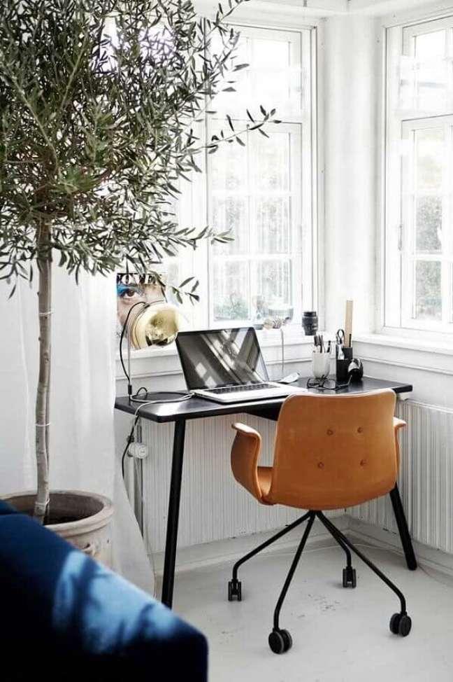 43. Decoração simples com escrivaninha para home office pequeno com cadeira de couro – Foto: Houzz