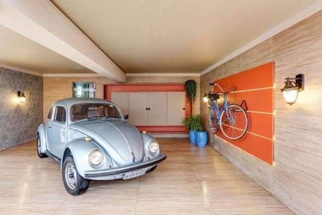 52. Cerâmica para garagem que imita madeira e parede no mesmo material – Foto Pinterest