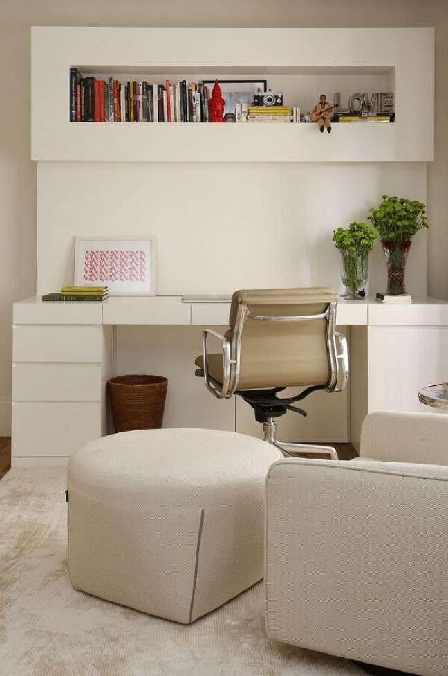 24. Home office com nicho e gaveteiro branco. Projeto de Mauricio Karam
