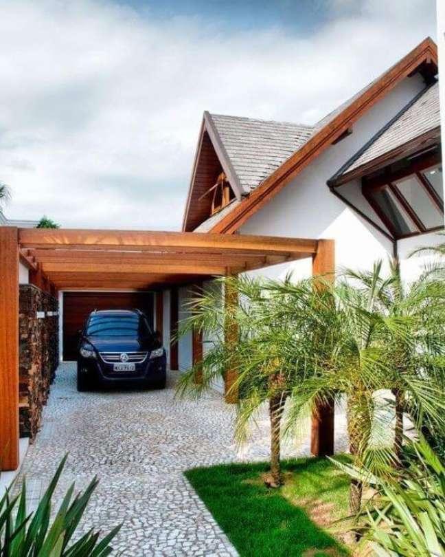 9. Casa com cerâmica para garagem coberta por pergolado de madeira – Foto Decora Sandra