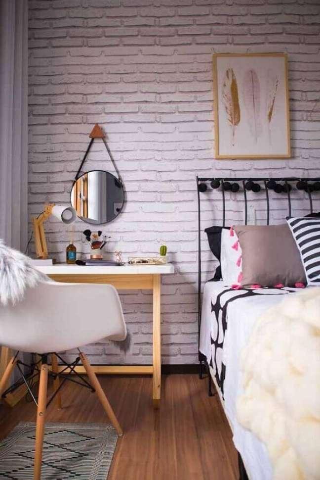22. Decoração com parede tijolinho branco e escrivaninha para home office no quarto – Foto: Pinterest