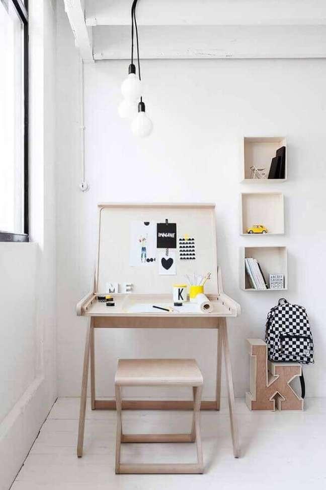 15. Decoração clean com escrivaninha para home office pequeno – Foto: Pinterest