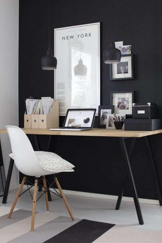38. Decoração preto e branco para home office com escrivaninha simples – Foto: Pinterest