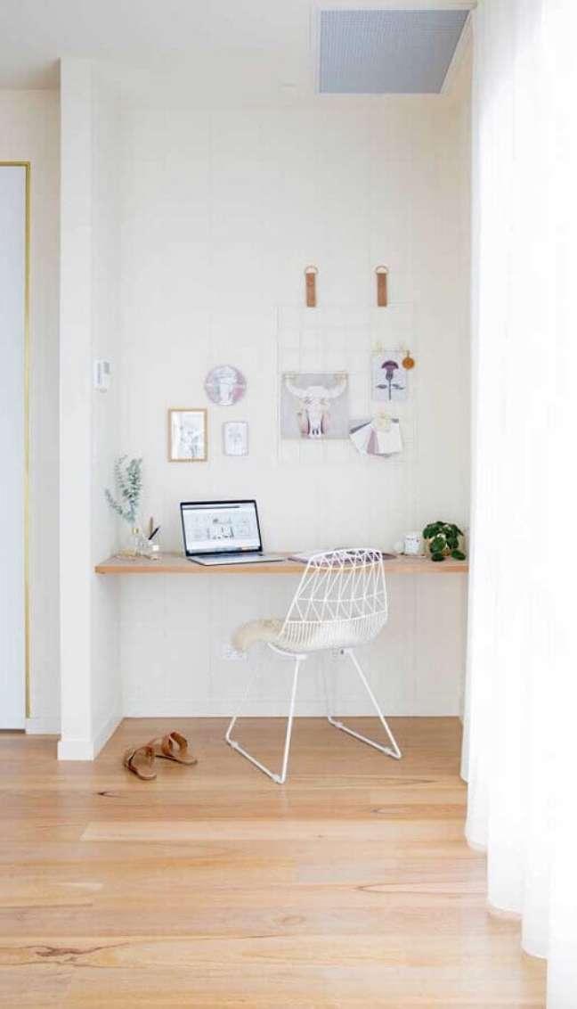 36. Decoração minimalista para home office com escrivaninha suspensa – Foto: Jeito de Casa