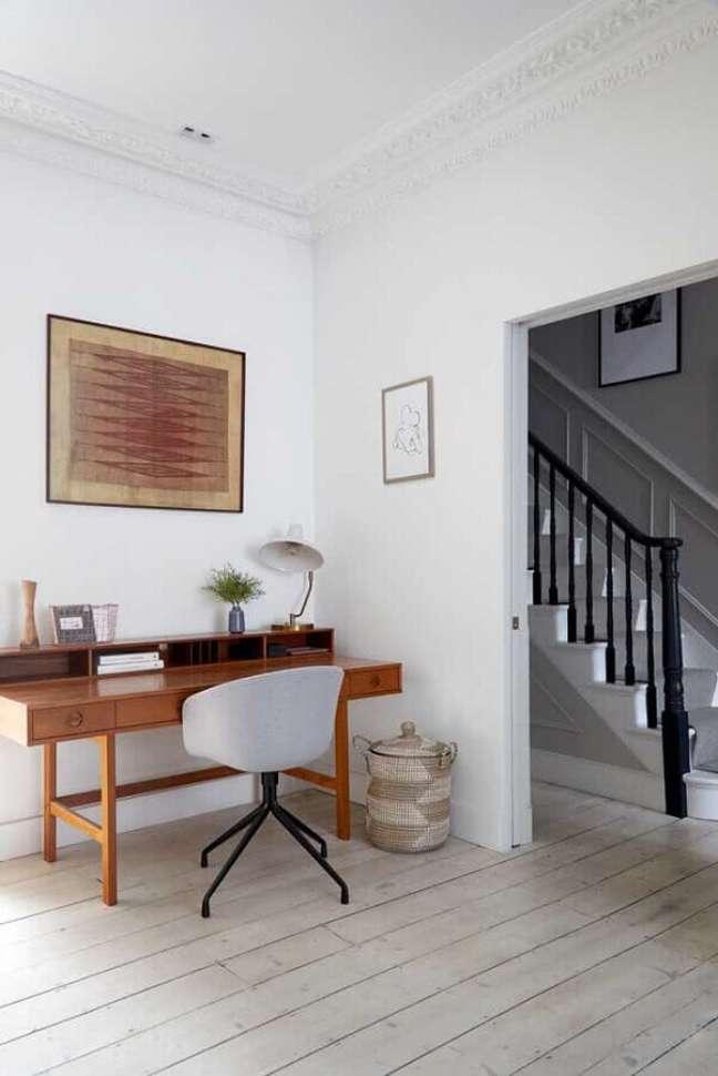 7. Escrivaninha de madeira para decoração de home office branco – Foto: Houzz