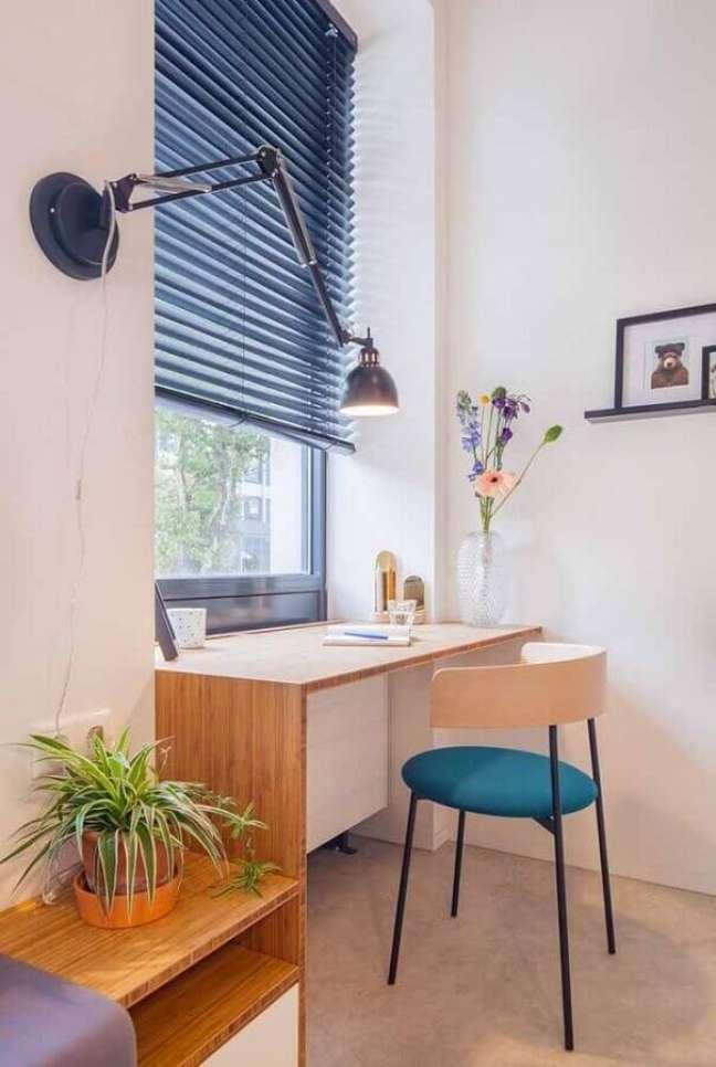 28. Decoração de home office com escrivaninha planejada e cadeira moderna – Foto: Archdaily