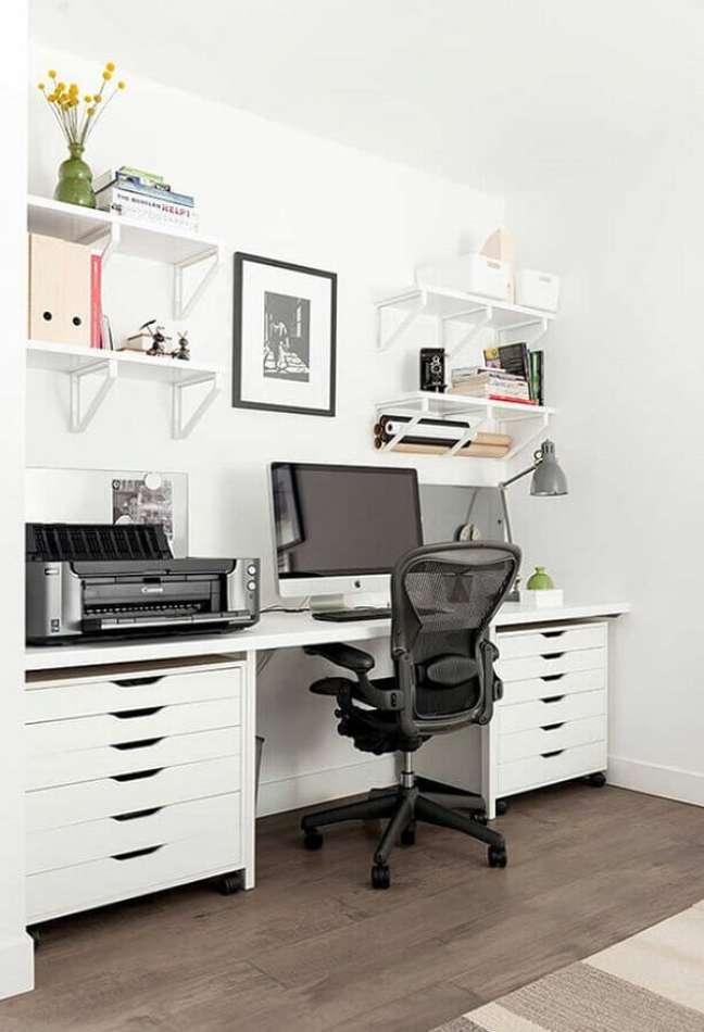 7. Mantenha o espaço de trabalho e estudo organizado fazem uso do gaveteiro branco. Fonte: Houzz