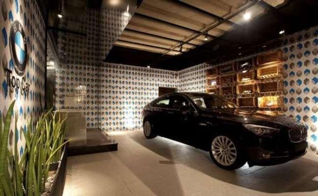 30. Cerâmica para garagem coberta com carro moderno e revestimentos coloridos na parede – Foto Pinterest