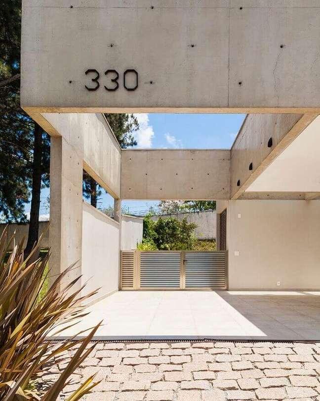 19. Casa moderna com cerâmica para garagem em bege e piso de pedra – Foto Studio Scatena Arquitetura