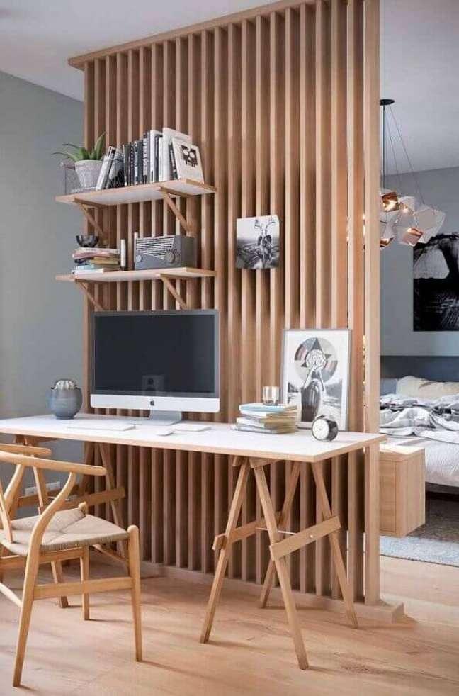 19. Decoração com escrivaninha para home office com painel de madeira – Foto: Architecture Art Designs
