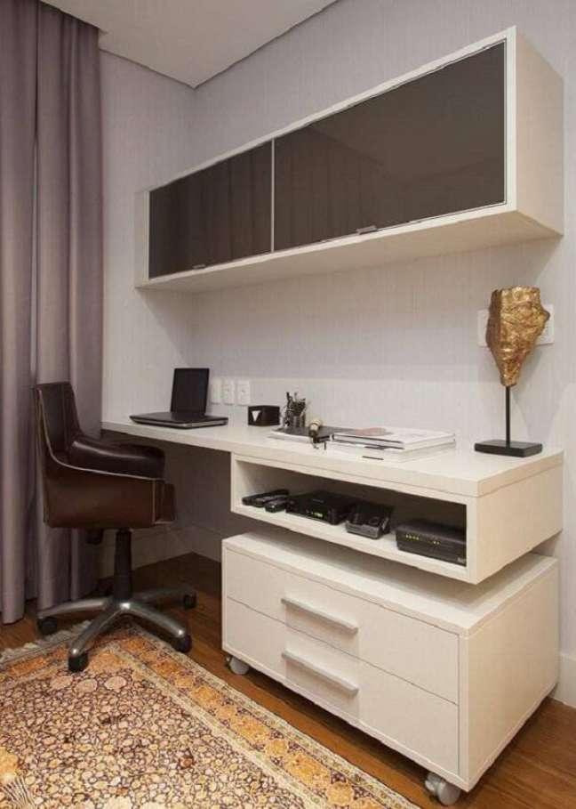 32. O cantinho para estudar e trabalhar fica muito mais organizado na presença do gaveteiro branco. Projeto de Deborah Basso