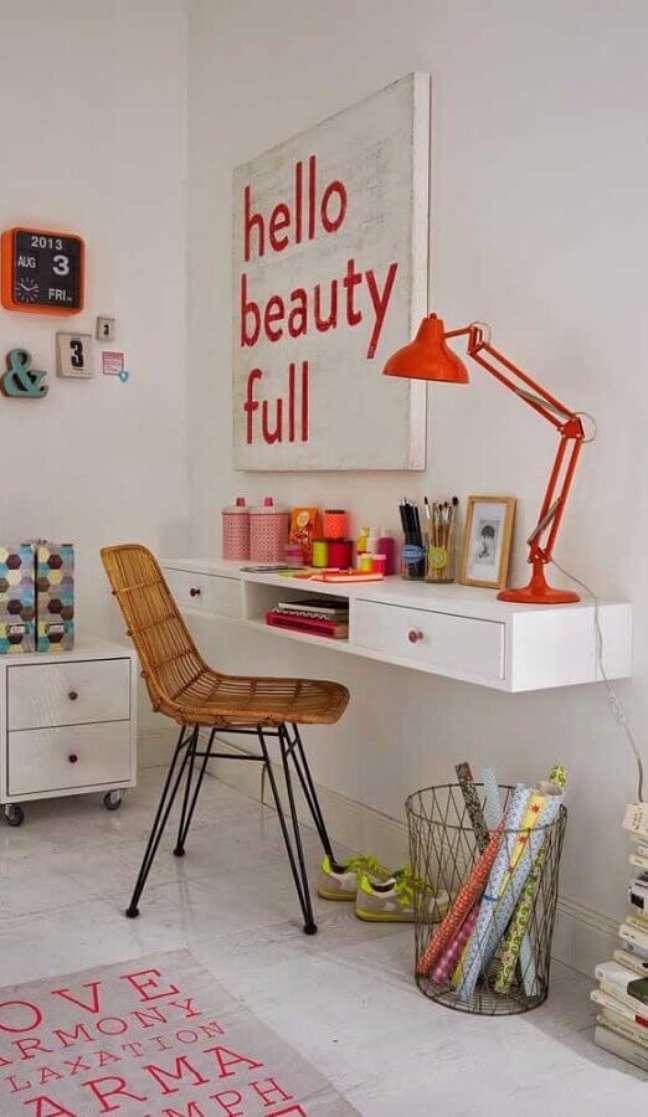 57. Mesa escrivaninha home office com decoração simples – Foto: Pinterest