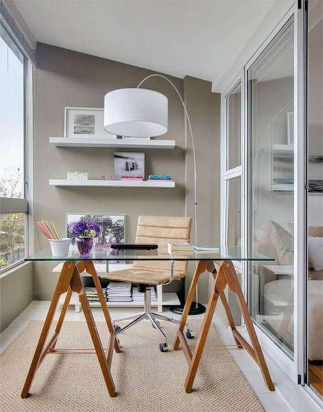 26. Decoração de home office com escrivaninha de vidro e luminária de piso – Foto: Architecture Art Designs
