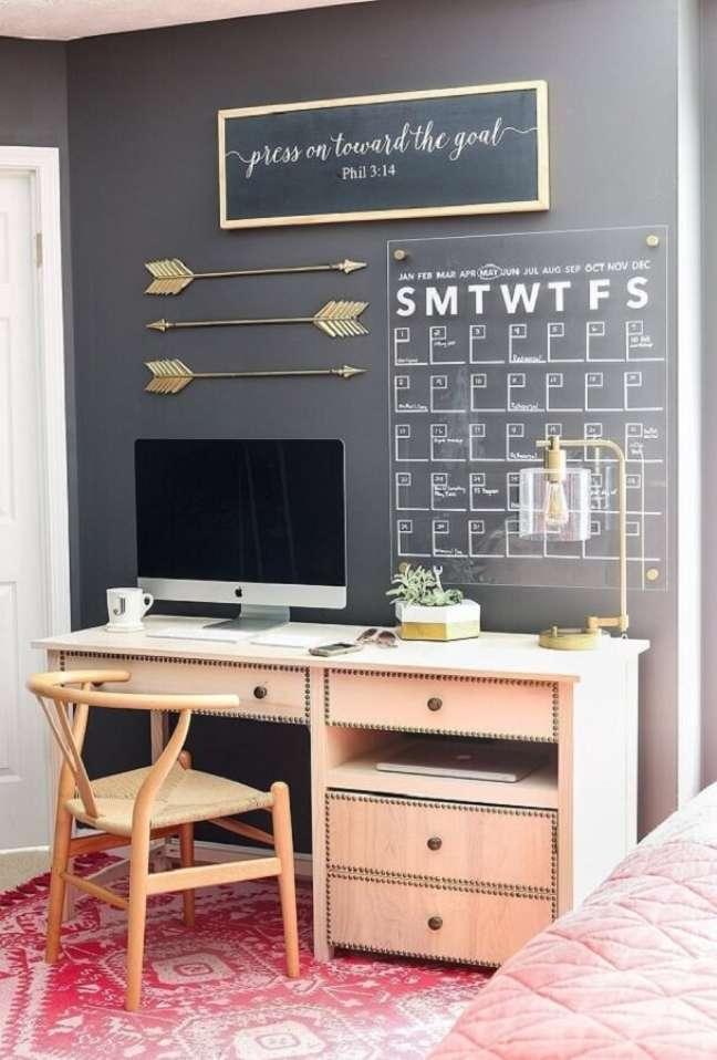 56. Mesa escrivaninha home office cinza decorado com painel de datas na parede – Foto: Pinterest
