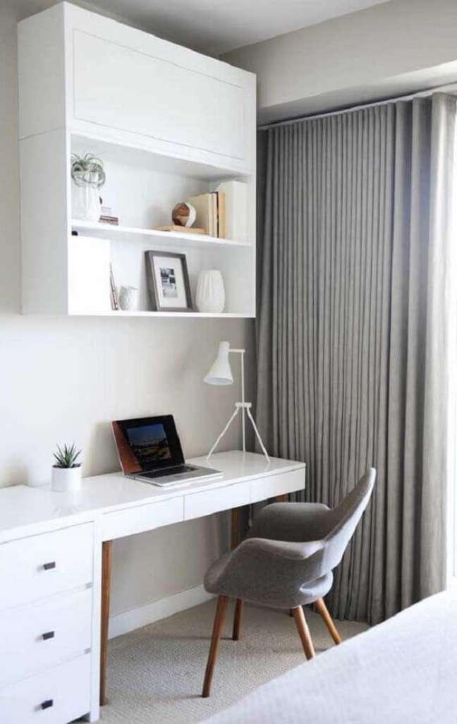 50. Quarto moderno com escrivaninha e gaveteiro branco embutido. Fonte: Pinterest