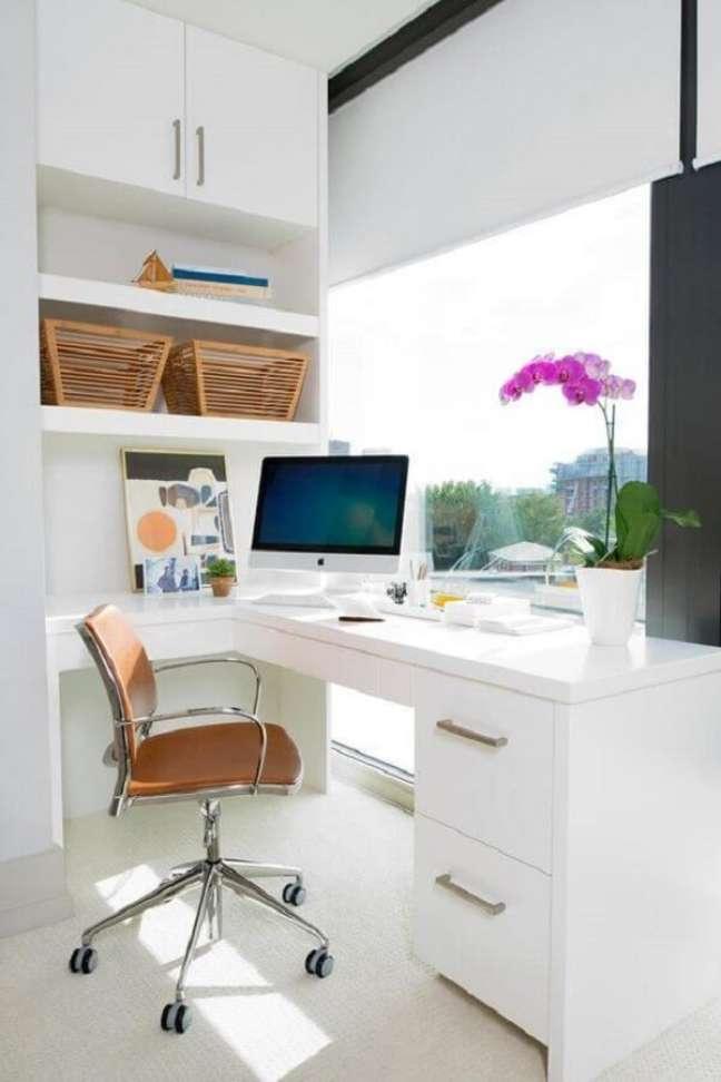 10. Escritório clean com escrivaninha e gaveteiro branco moderno. Fonte: Princesas Empreendedoras