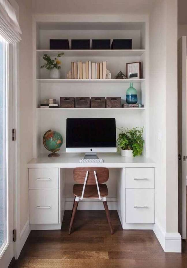 21. Decoração com escrivaninha para home office pequeno planejado – Foto: Pinterest