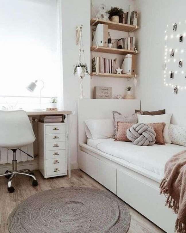 38. O gaveteiro branco estreito ocupa pouco espaço no quarto. Fonte: Pinterest