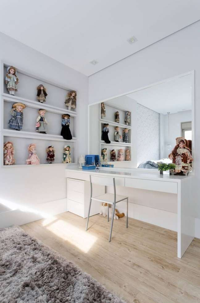 39. O gaveteiro branco ocupa pouco espaço na decoração de quarto infantil. Projeto de Alex Bonilha