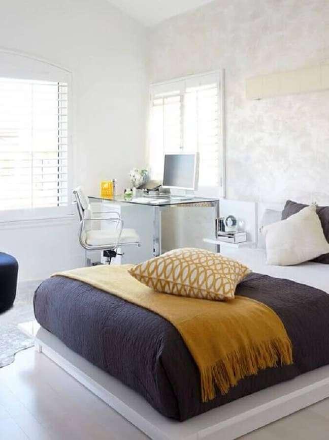 63. Quarto branco minimalista decorado com escrivaninha home office de vidro – Foto: Pinterest