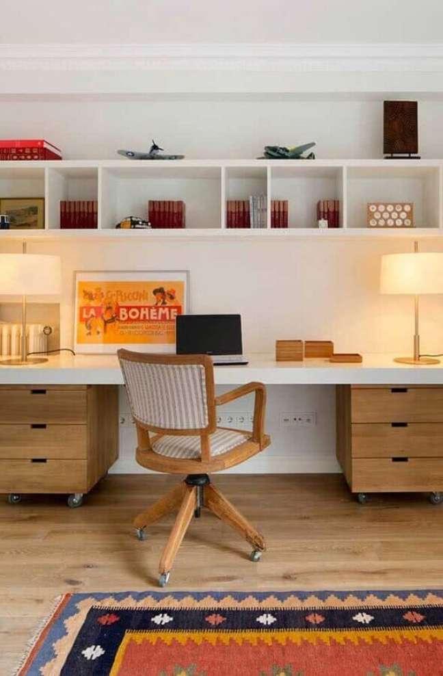 1. Decoração com escrivaninha home office com gaveteiro de madeira – Foto: PlaneteFemmes