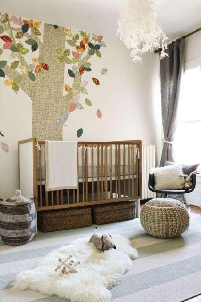 61. Quarto para bebê simples decorado com adesivo de árvore na parede – Foto: Apartment Therapy