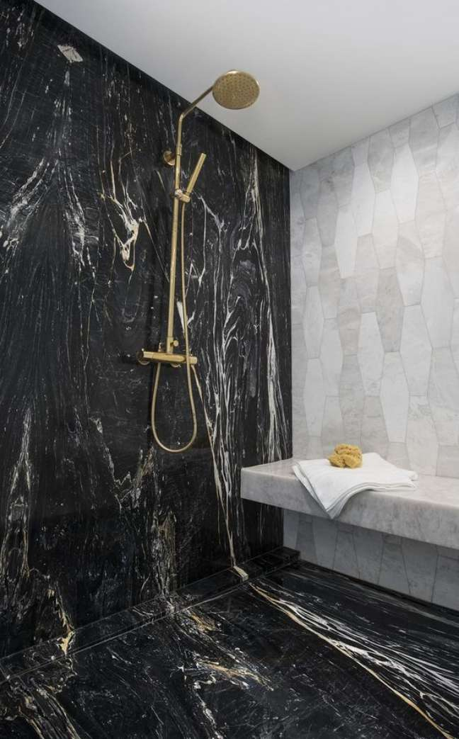 8. Banheiro de mármore preto no box e chuveiro dourado – Foto Covet House
