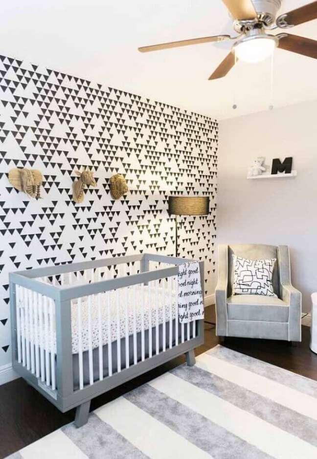 44. Papel de parede preto e branco para decoração de quarto para bebê – Foto: Home Fashion Trend