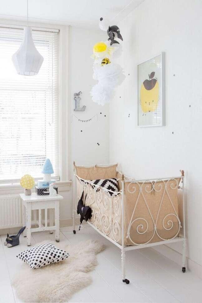 33. Decoração simples de quarto para bebê branco com berço de ferro – Foto: Pinterest