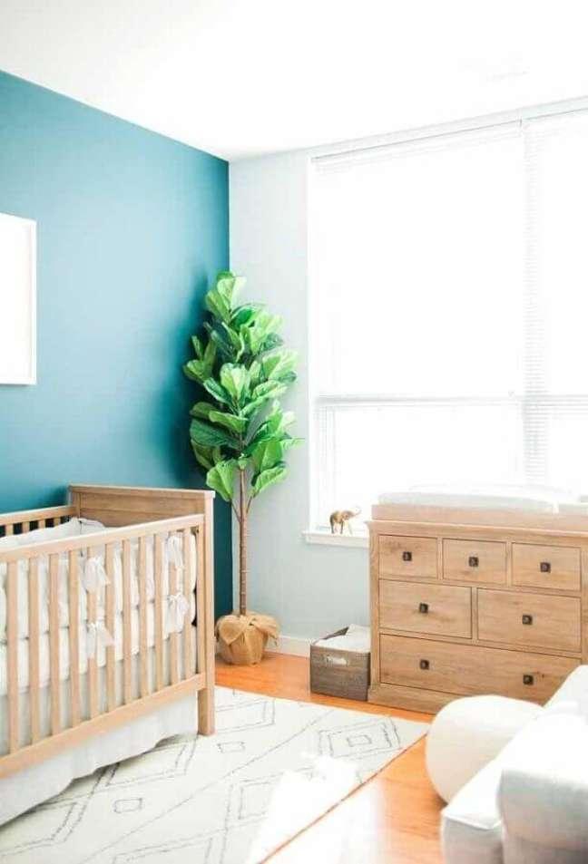 45. Parede azul para decoração de quarto para bebê simples com móveis de madeira – Foto: Casa de Valentina