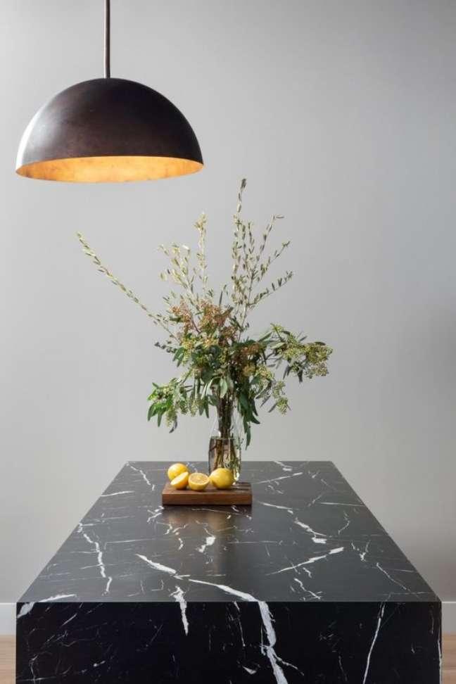 5. Bancada de mármore preto para cozinha – Foto Domino