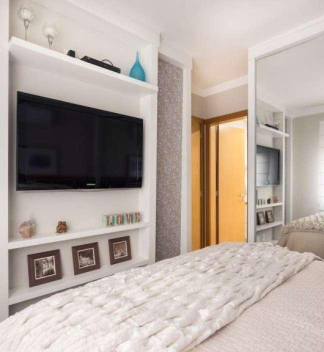 18. Rack para quarto branco com papel de parede – Foto Pinterest