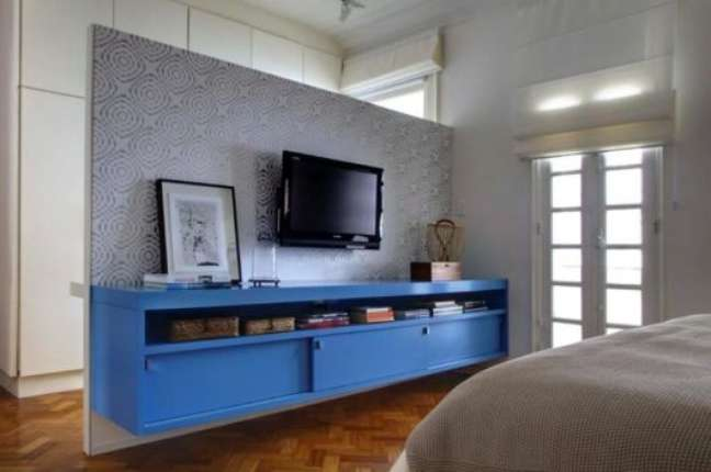 10. Quarto com rack azul e papel de parede no painel – Foto Pinterest