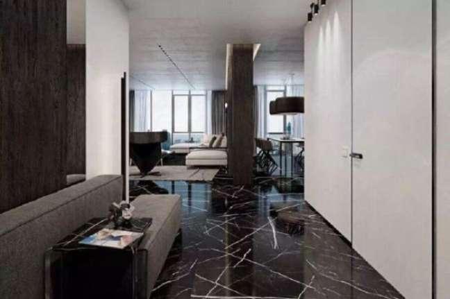23. Casa com piso de mármore preto – Foto Engenharia do Mármore