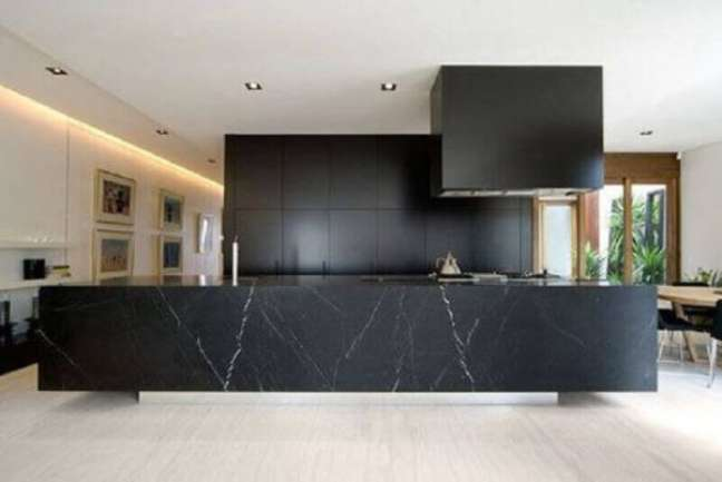 65. Cozinha moderna com bancada de mármore preto e armários pretos – Foto Pinterest