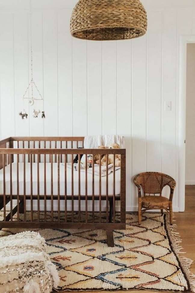 35. Decoração simples de quarto para bebê com lustre rústico – Foto: Houzz