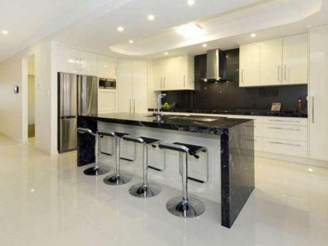 35. Decoração de cozinha branca com bancada preta de mármore – Foto Mano Home