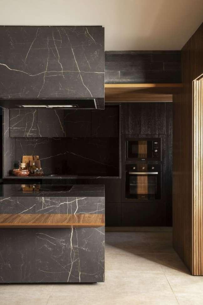 24. Churrasqueira gourmet na cozinha planejada e chique com revestimento de mármore – Foto MFmaisaquitetos