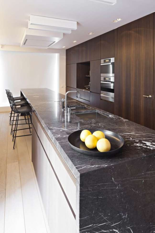 2. Bancada da cozinha em mármore preto – Foto Hulle Bucsch